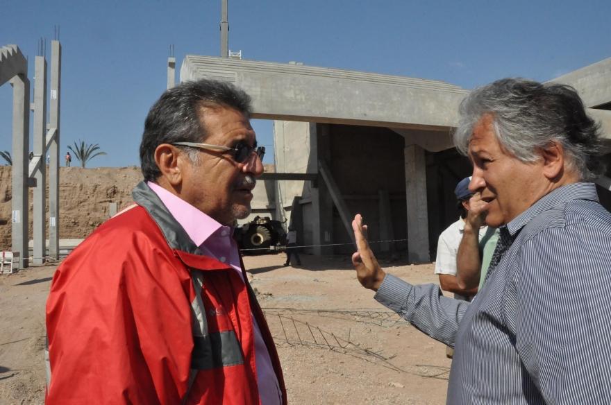 El gobernador y el ministro Bosetti observan los trabajos en la obra del super domo